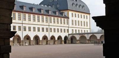 Blick durch die Arkaden auf den Ostturm des Schlosses Friedenstein